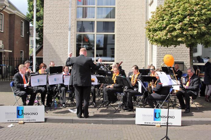 Unisono op Koningsdag in Velp in betere tijden