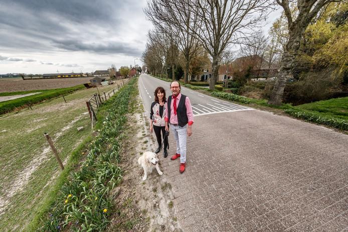 Ger Tegelaar en zijn vrouw Marja zullen waarschijnlijk hun uitzicht zien verdwijnen voor hun woning aan de Kadedijk. Rechts wonen ze, links is nieuwbouw gepland.