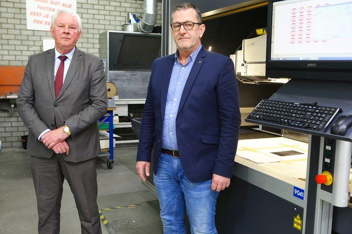 Bert Reijnders (links) en Marco de Groot zorgen ervoor dat de namen van de Holocaustslachtoffers in stenen worden gelaserd.