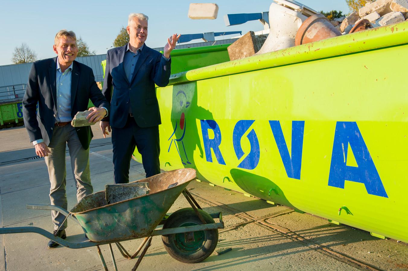 Wethouder Hans Buijtelaar (rechts), hier met ROVA-directeur Marco van Lente, op het huidige afvalbrengstation aan de Nijverheidsweg-Noord. Het afvalbedrijf verhuist binnen nu en een paar jaar naar De Wieken-Vinkenhoef, aan de andere kant van de stad.