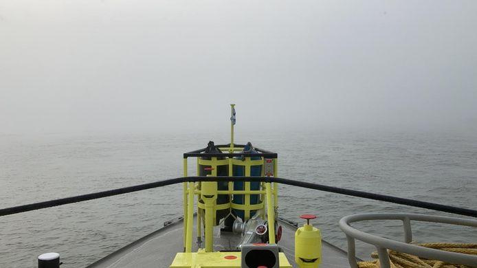 Mist op het Hollandsch Diep, gezien vanaf patrouillevaartuig RWS21 van Rijkswaterstaat. Het zicht was vrijdag minder dan 100 meter.