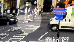 Man duwt voorbijganger op straat, taxi kan maar nipt mijden