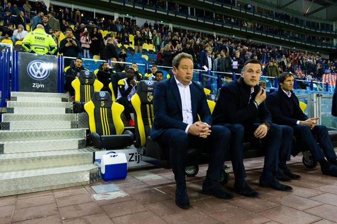 Oleg Yarovinsky, zittend naast coach Leonid Sloetski (links) van Vitesse.