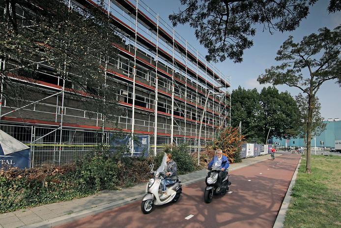 Het oude kantoor aan de Wethouder van Eschstraat staat in de steigers. Eind dit jaar worden de 74 woningen opgeleverd.