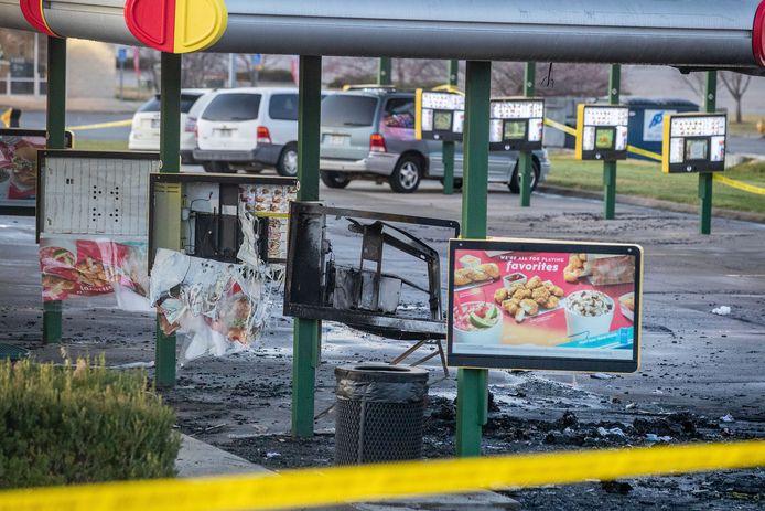 Silva stak op de parking ook een gehuurde bestelwagen in brand. Het wrak was al weggehaald toen de persfotograaf de foto maakte.