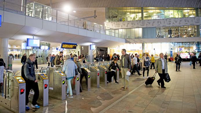 Reizigers die in -en uitchecken op het centraal station in Rotterdam