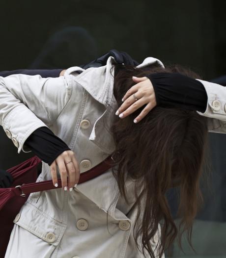 Vrouw op brute wijze van telefoon beroofd in Eindhoven centrum