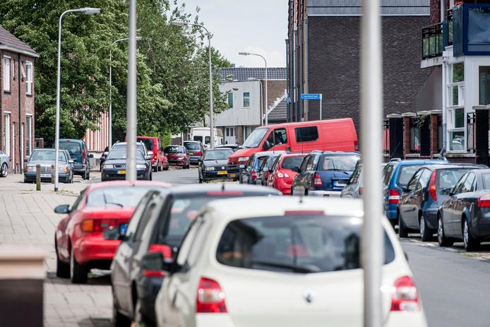 Tot voor kort stonden de parkeerplaatsen aan de Minkmaatstraat nog vol met auto's. Inmiddels is er betaald parkeren ingevoerd en staan de plekken vrijwel altijd leeg.