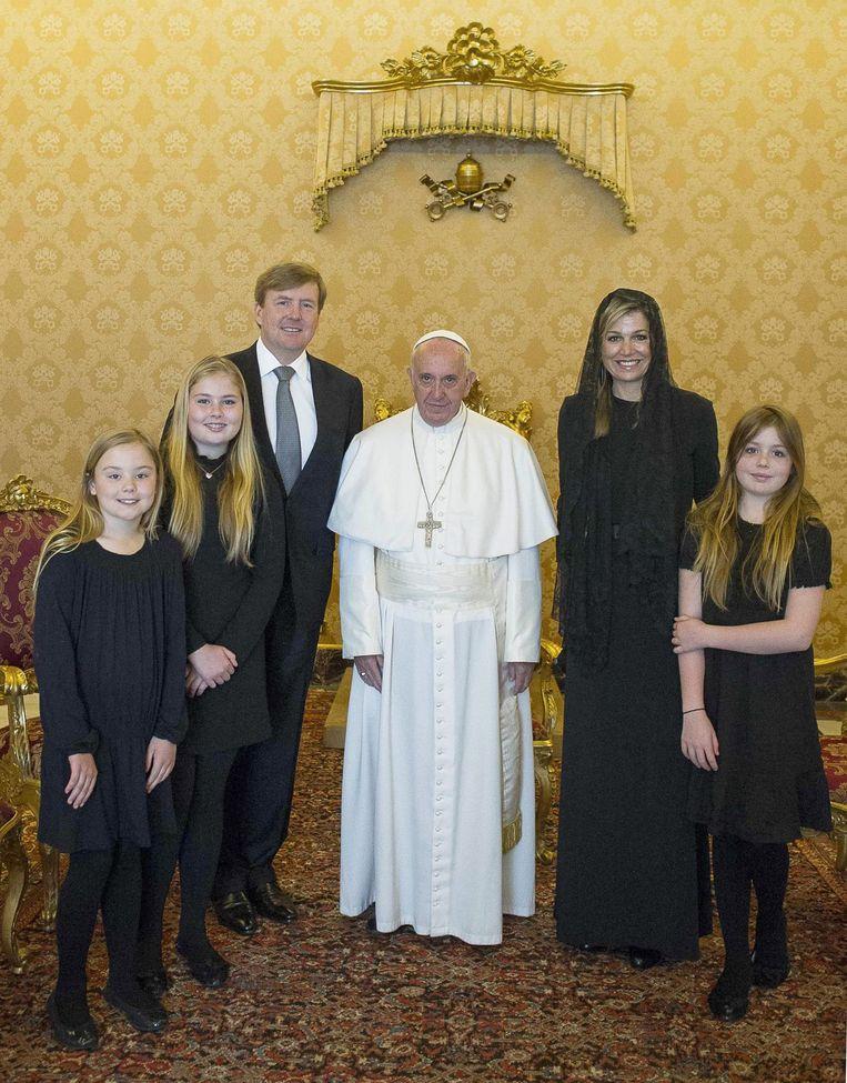 Willem-Alexander en zijn gezin op privé-audiëntie bij paus Franciscus, april 2016. Beeld EPA