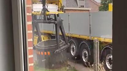 VIDEO: Trucker verwijdert met kraan gewoon de wegversperring