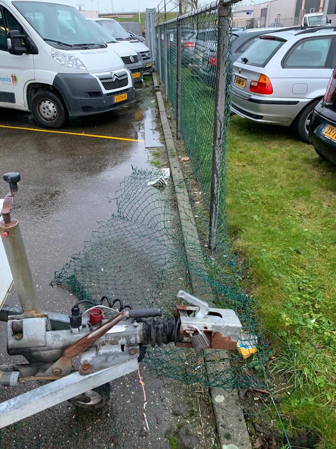 Het hek bij ZeeuwsWerk is opengeknipt om de buit in een wagen te kunnen laden.