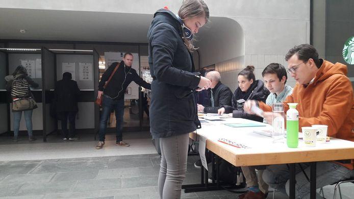 Meehelpen achter het stembureau op het station in Eindhoven.