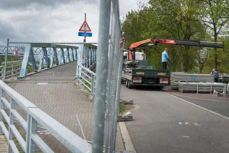 De (verf)werken aan de fietsers- en voetgangersbrug over de Nete gingen gisteren van start.