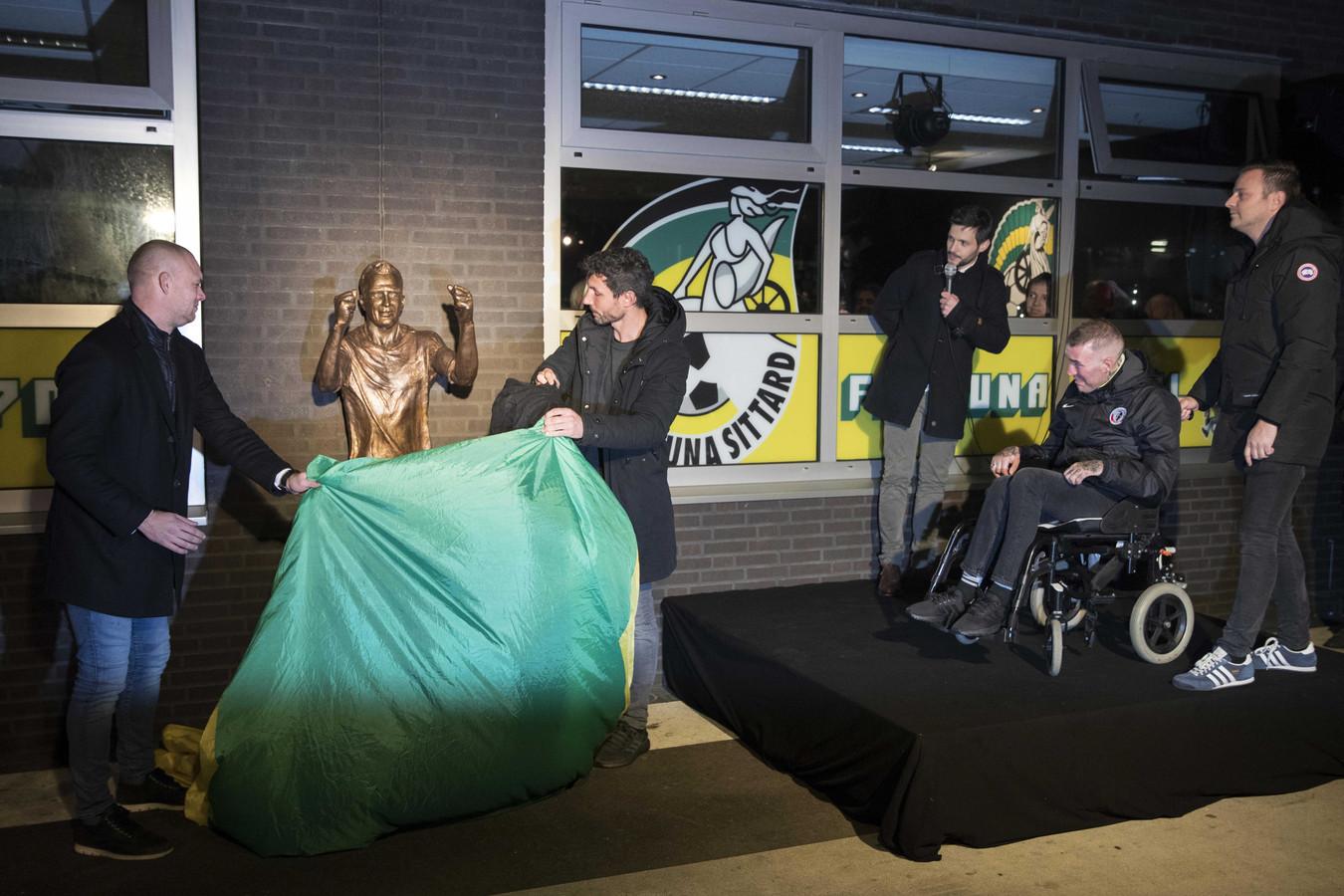 Kevin Hofland (L) en Mark van Bommel (M) bij de onthulling van een standbeeld van Fernando Ricksen (R).
