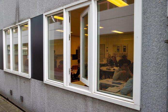 Om verse lucht binnen te krijgen staan de ramen  en deuren van de klaslokalen open op het Dr.-Knippenbergcollege in Helmond.