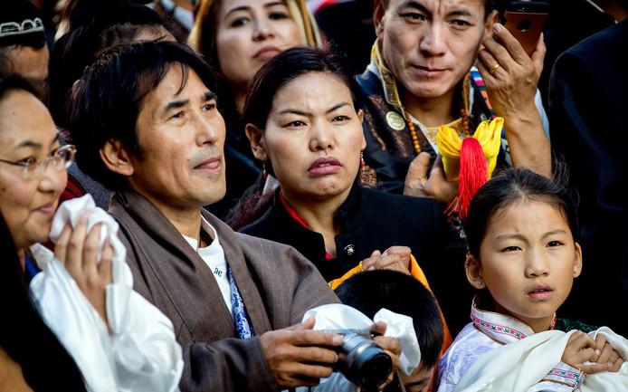 Belangstellenden bij de Nieuwe Kerk om een glimp op te vangen van de Dalai Lama