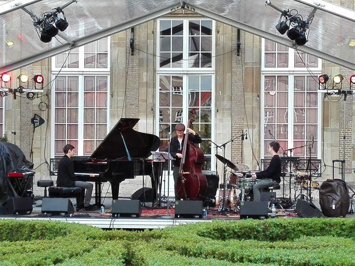 Soet Kempeneer Trio in de Franse Tuin Markiezenhof tijdens JazzBoz 2019.