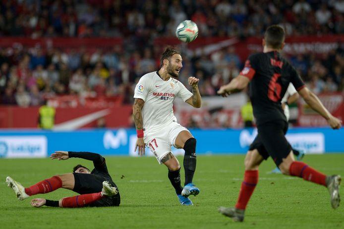 Nemanja Gudelj in actie voor Sevilla, in duel met Atlético Madrid. Hij gaat zich melden bij de nationale ploeg van Servië.