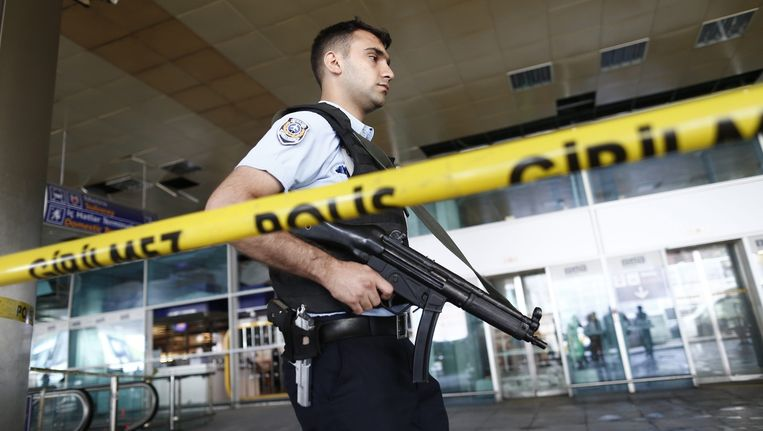Een gewapende politieagent op vliegveld Atatürk in Istanbul Beeld epa