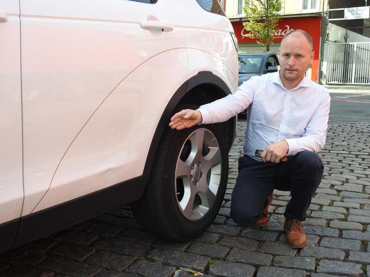 De agressieveling stampte een deuk in de achterdeur van taxichauffeur Joeri Cools.