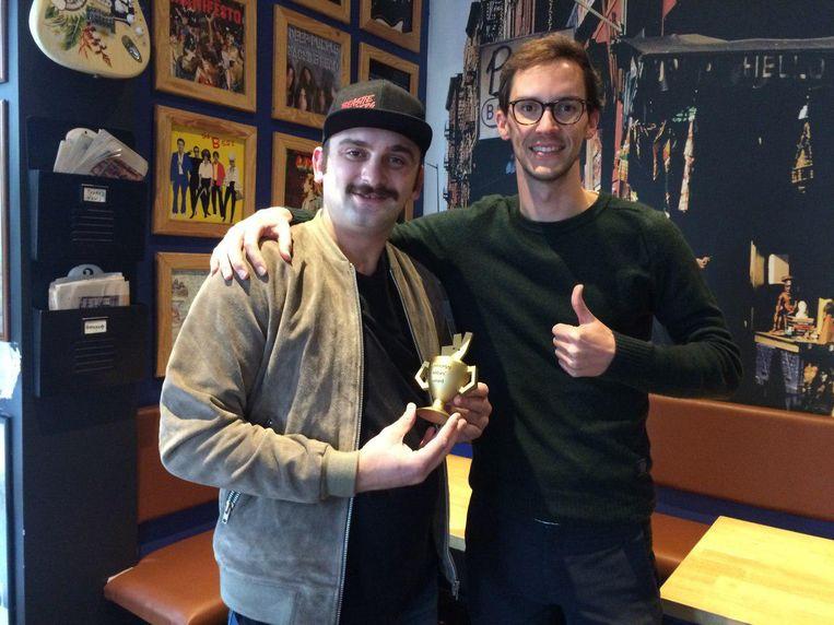 Sinan Hadzija, eigenaar van Paul's Beastie Burger, krijgt de prijs van de Antwerpse Deliveroo-manager Sebastien Hylebos.