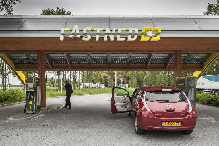 Elektrische auto bij een snellaadstation aan de A28 in Drenthe. Beeld Harry Cock/de Volkskrant