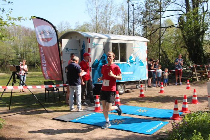 Eibergenaar Jordy Bomers bij binnenkomst na de 5 kilometer op De Voshaar.