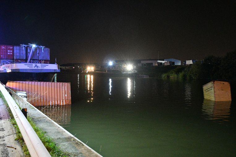 Na de aanvaring vielen drie zeecontainers in het water.