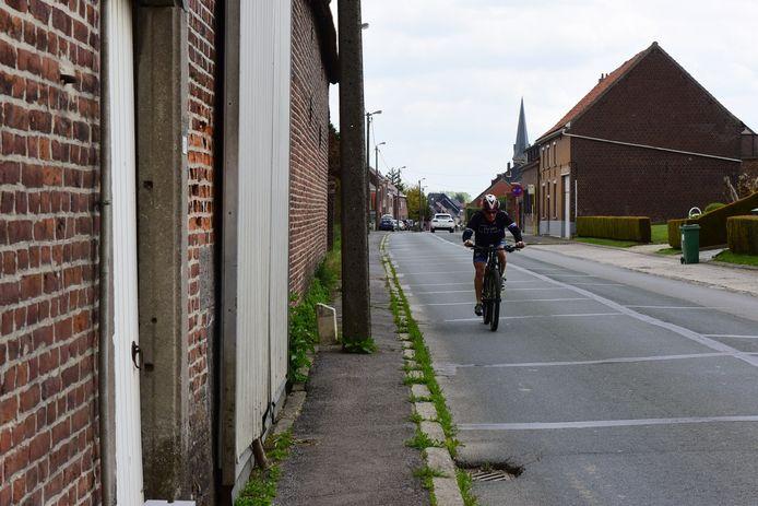 Een fietspad is er niet, het voetpad is al niet veel beter