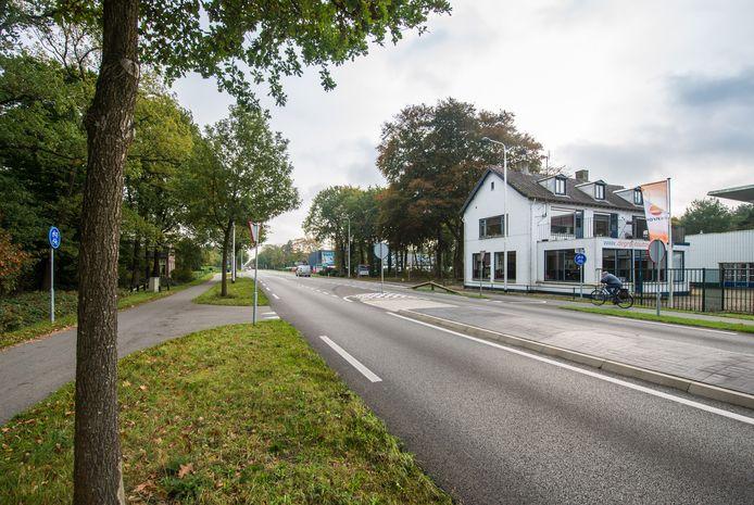 Bakker Piet Carton werd voor café Brooijmans neergeschoten. In het witte pand is tegenwoordig autohandel De Groot gevestigd.