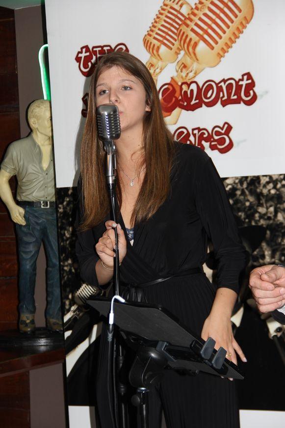Jessie, de dochter van uitbaters Patrick en Sabrina zingt 'Zoutelande' tijdens de opening.