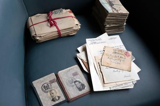 Een pakketje liefdesbrieven, foto's en andere papieren.