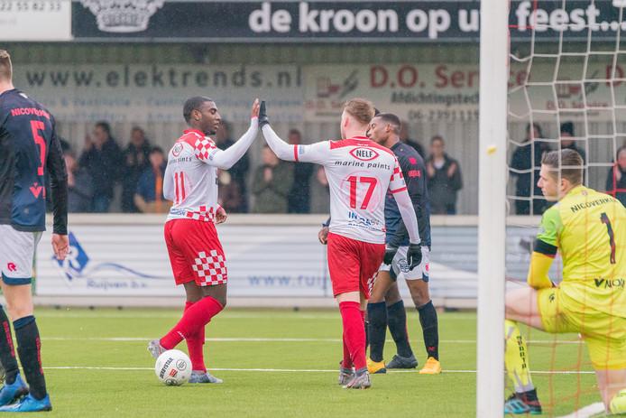 Kozakken Boys viert het eerste doelpunt van Jeffrey Rijsdijk (rechts).