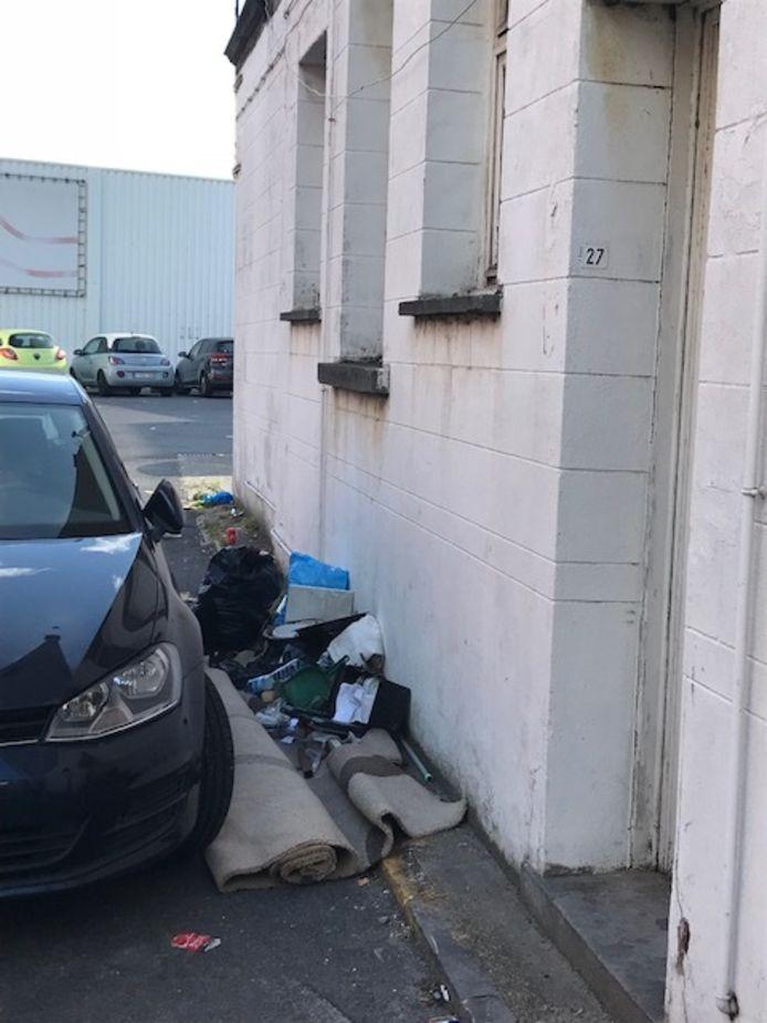 Zelfs tussen woningen en parkeerplaatsen wordt afval achtergelaten