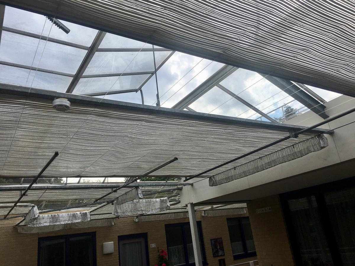 Het glazen dak boven het flatgebouw aan de Arnhemse Esperantolaan.