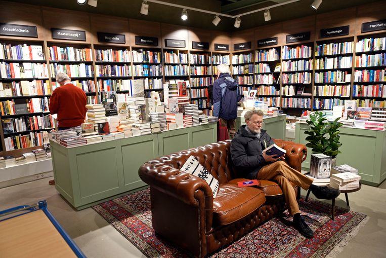 Struinen in boekhandel Kramer & Van Doorn in Zeist. Beeld Hollandse Hoogte / Peter Hilz