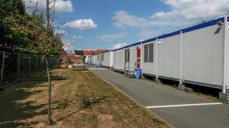 De containers die opgesteld staan aan de sporthal bij het Forestierstadion worden tegen 1 oktober weggehaald.