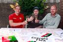 Aanwinst Josef Kvida (links) en technisch directeur van NEC Remco Oversier heffen het glas samen met supporter Karel van Rooy in zijn achtertuin.