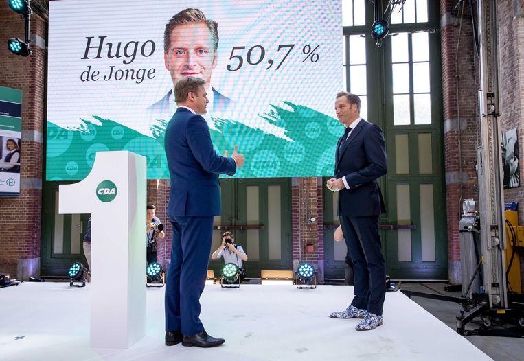 Hugo de Jonge en Pieter Omtzigt tijdens de bekendmaking van de uitslag.  Beeld EPA
