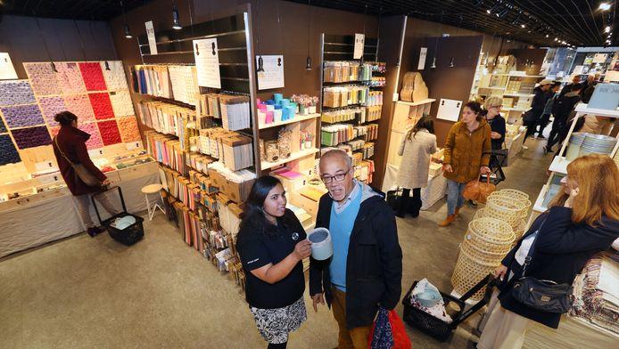 Filiaalmanager Sunita Soekhoe helpt een klant in Den Haag.
