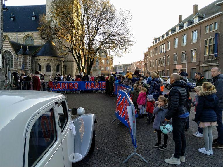 Vele wachtende kinderen aan oud-gemeentehuis