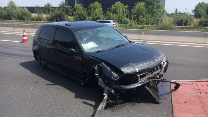 Auto knalt tegen vangrail E403 Moorsele, half uur file