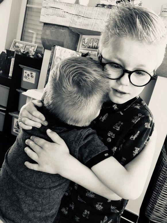 Loïc Depoortere met zijn oudere broertje Mathis (met bril).