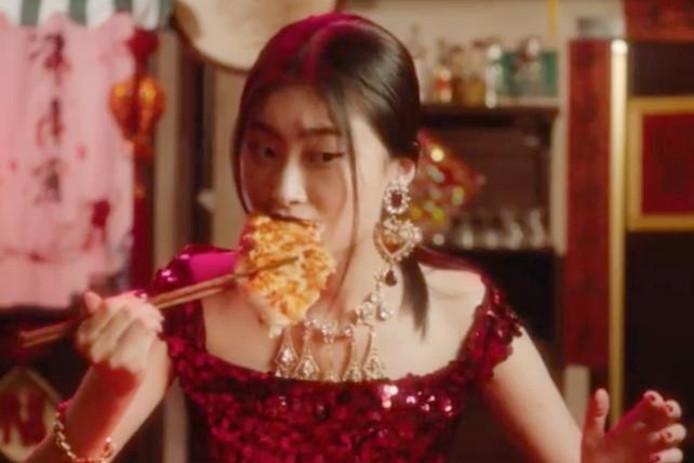 Een pizza eten met chopsticks lijkt grappig, maar veel Chinezen kunnen er niet om lachen.
