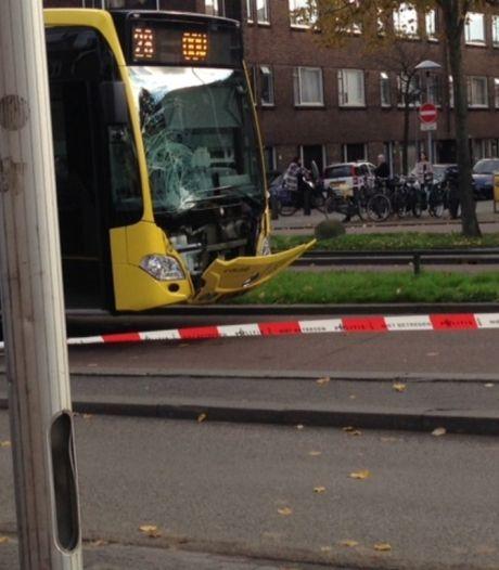 Meisje zwaargewond na botsing met bus