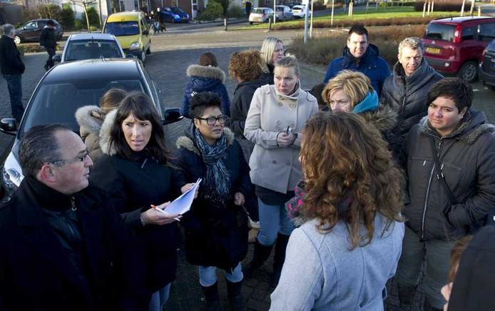 uurtbewoners op de Veldkers wisselden gisteren gegevens uit voorafgaand aan de zoektocht naar Claudia Oskam