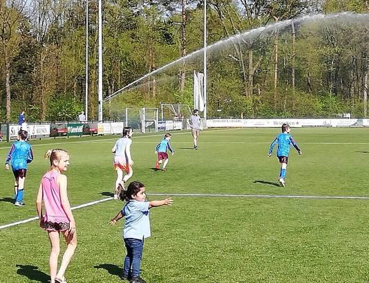 Waterpret en zelfs een regenboog in Oosterbeek dit weekend.