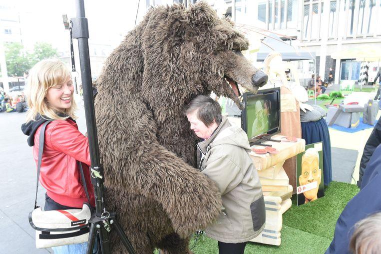 Knuffelen met de grommende beer, een van de personages uit het stuk Fausto dat theater Froe Froe zal opvoeren tijdens de Zomer van Antwerpen.