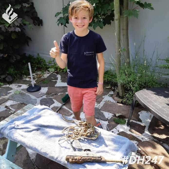 Een jongen heeft in Zevenhuizen een pistool in de sloot gevonden.