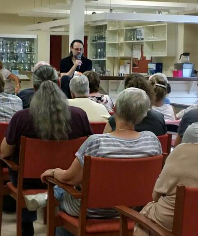 Hugo Borst spreekt tijdens een Alzheimercafé in Brielle.